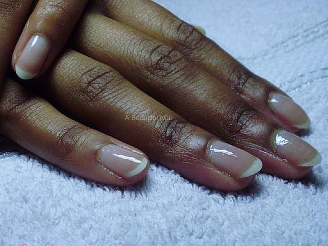 donkere hand blanke lak