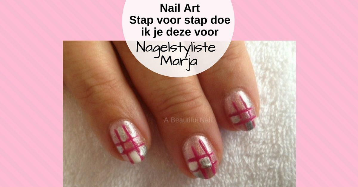 Zelf Nail Art zetten met foto voorbeelden #2. Drie vingers waarop een roze en zilveren Nail Art in blokken