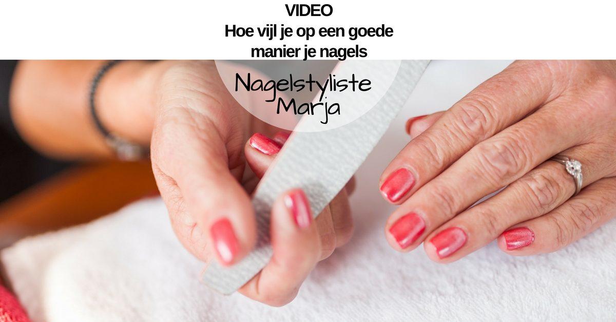 VIDEO: Hoe vijl je op een goede manier je nagels. Handen die een vijl vasthouden