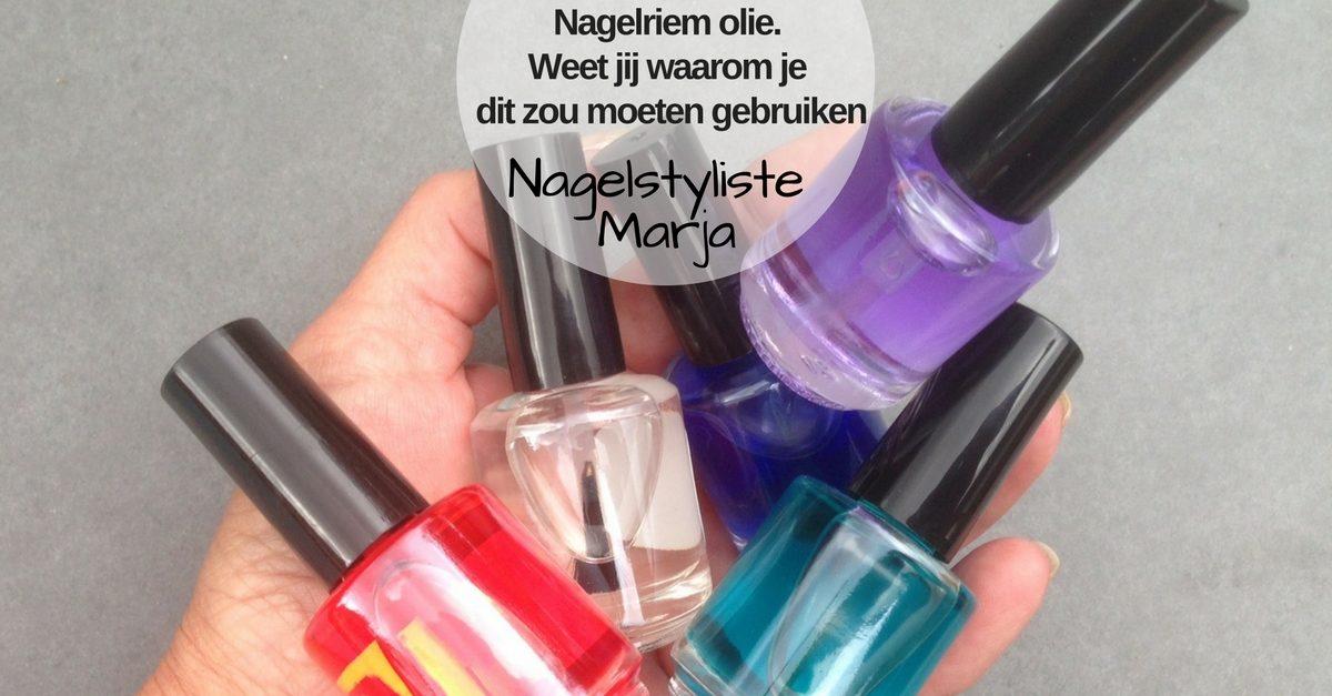 Waarom je nagelriem olie zou moeten gebruiken. Hand met 5 flesjes nagelriemolie