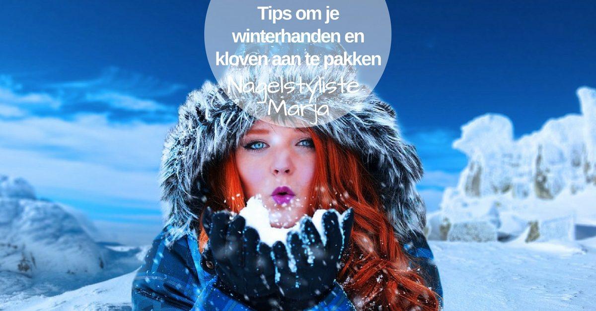 Winterhanden en kloven wat kan je eraan doen. Vrouw met handschoenen in de sneeuw