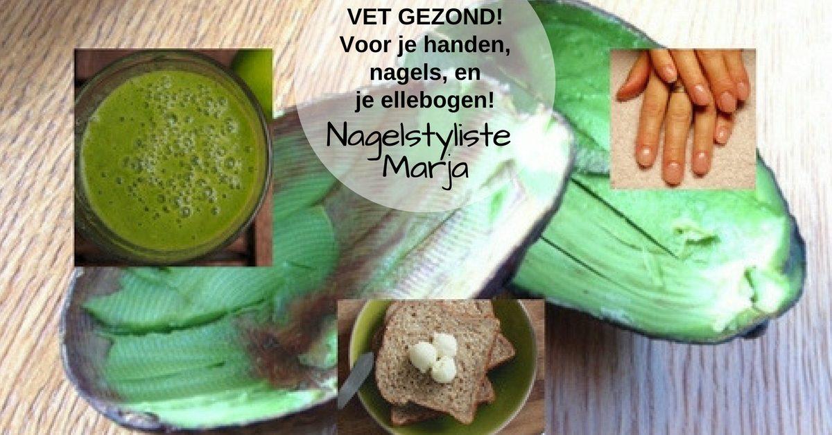 Avocado's vet gezond! Voor je handen, nagels en ellebogen. 1 avocado, boterham, lege schillen, sap van avocado in glas