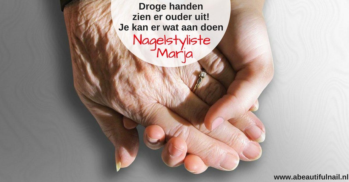Droge handen zien er ouder uit. Twee handen in elkaar, een oude en een jonge hand