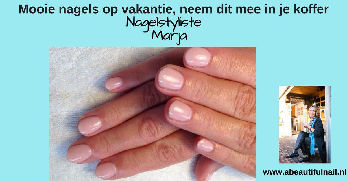 Met mooie nagels op vakantie, handen die mooie gelakte roze nagels hebben